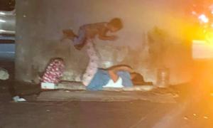 Hai mẹ con vô gia cư trên vỉa hè - bức ảnh được lan truyền vì khoảnh khắc ấm áp
