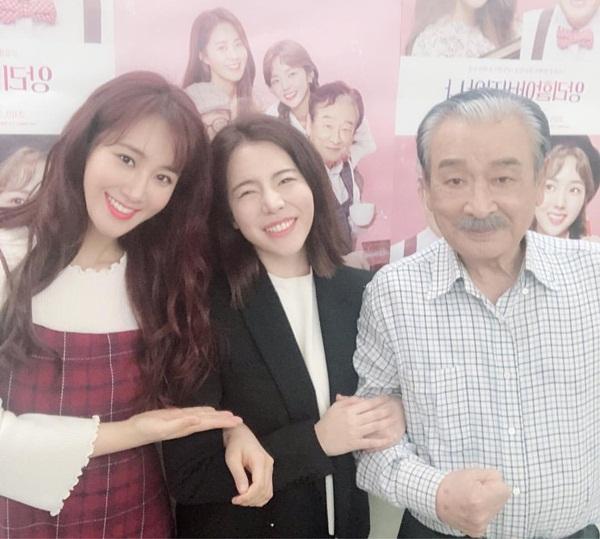 Sunny cười tít mắt khi đến xem Yuri diễn kịch cùng ông nội quốc dân Lee Soon Jae.
