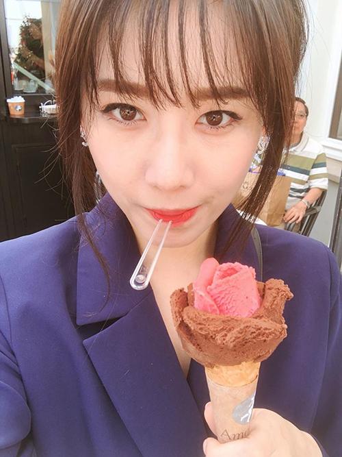 Hari Won nhí nhảnh khi ăn kem.