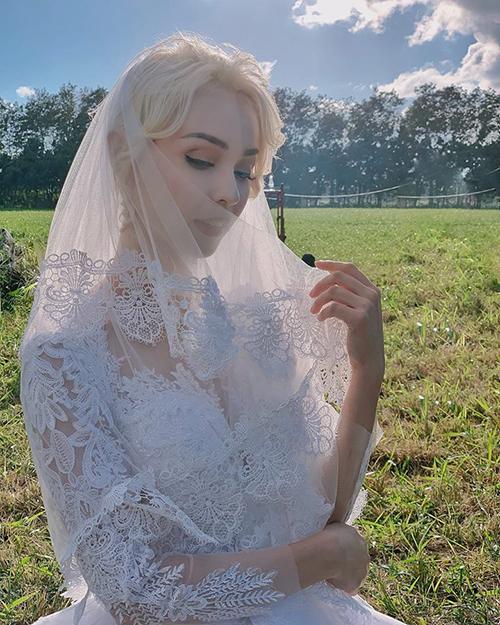 MLee xinh đẹp trong bộ váy cô dâu và mái tóc vàng hoe chuẩn Tây.