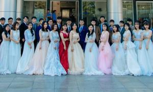 Bộ ảnh kỷ yếu trông như đám cưới tập thể của sinh viên ĐH Quy Nhơn