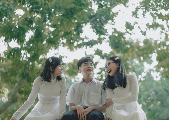 <p> Nhân mùa chia tay thời học sinh đang đến gần, Phương Mỹ Chi thực hiện sản phẩm âm nhạc để lưu giữ kỷ niệm. Cô mời thêm hai người bạn Quang Nhật - Phương Duyên (cùng bước ra từ cuộc thi Giọng hát Việt Nhí 2013) tham gia vào MV.</p>