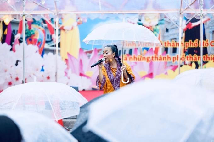 """<p> Đoan Trang trình diễn các bản hit của cô như """"Tóc hát"""", """"Socola""""... khuấy động không khí.</p>"""