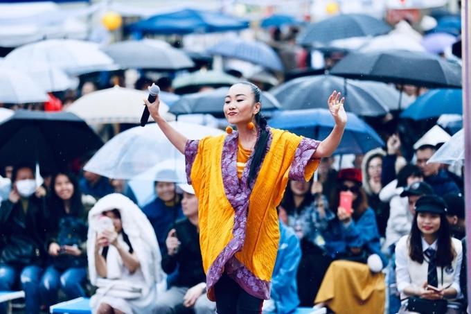 <p> Trời đổ mưa nhưng không cản được sự bùng nổ của nữ ca sĩ.</p>