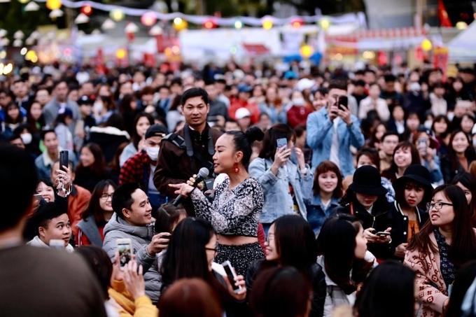 """<p> Đoan Trang vừa có chuyến lưu diễn ở thành phố Nagoya, Nhật Bản. Đây là show diễn giao lưu văn hoá mang tên """"Vietnam Festival In Aichi, Japan"""" diễn ra hàng năm. Chương trình kéo dài 3 ngày nhằm giới thiệu văn hoá, ẩm thực của Việt Nam cho bạn bè Nhật Bản. Đây cũng là dịp để kiều bào Việt Nam đang sống và làm việc ở xứ hoa anh đào có cơ hội gặp gỡ nhau.</p>"""