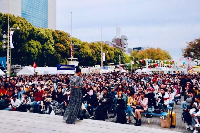 <p> Trong các ngày diễn ra festival, thời tiết có ngày nắng đẹp nhưng có hôm mưa gió lạnh. Show diễn vẫn thu hút gần 20 nghìn khán giả ra vào sân khấu.</p>