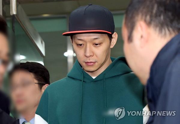 Park Yoo Chun rời Sở cảnh sát Gyeonggi chiều 18/4 sau khi hoàn thành buổi thẩm vấn lần hai.