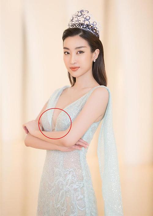 Trong buổi họp báo công bố cuộc thi Miss World Vietnam 2019 mới đây, Đỗ Mỹ Linh xuất hiện trong vai trò là Hoa hậu tiền nhiệm. Cô diện bộ váy xanh pastel xuyên thấu, xẻ cổ sâu xuống gần rốn. Dù đã cố tình chọn nội y màu nude nhưng thiết kế hiểm hóc của váy vẫn khiến cô lộ phụ tùng kém duyên.
