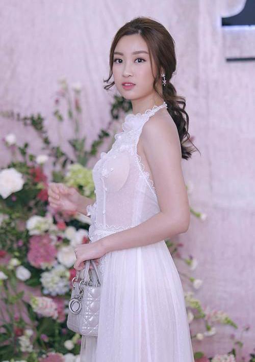 Ở một sự kiện thời trang, Đỗ Mỹ Linh gặp tai nạn phô bày miếng mút ngực cũng vì chiếc váy trắng siêu mỏng. Nhiều người cho rằng Hoa hậu nên cẩn trọng hơn trong việc chọn nội y để tránh tiếp tục mắc sai lầm tương tự.