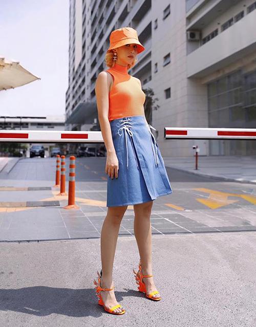 Quỳnh Anh Shyn diện cả cây tông cam neon. Đôi sandals Fendi là điểm nhấn bắt mắt trên set đồ.