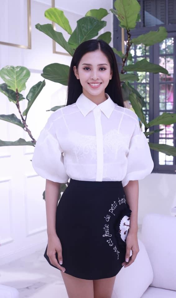 """<p> Phong cách giản dị khiến Tiểu Vy nhạt nhòa giữa """"rừng"""" hoa hậu của showbiz Việt.</p>"""