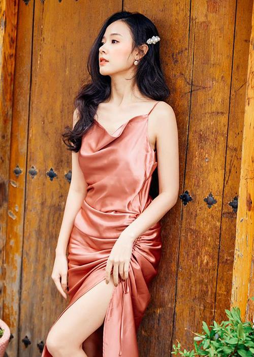 Midu diện chiếc váy hai dây xẻ đùi khoe vẻ đẹp mong manh.