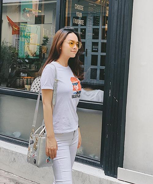Phạm Quỳnh Anh trẻ trung, năng động trên đường phố.
