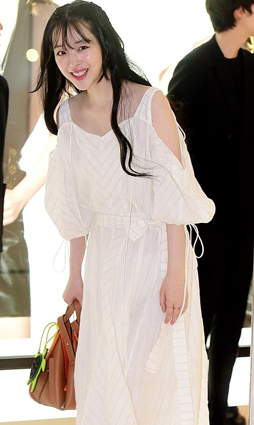 Cách trang điểm nhẹ nhàng cùng bộ váy thướt tha và kiểu tóc đen dài khiến fan nhớ đến hình tượng Sulli cách đây 10 năm. Khi mới debut, cô từng đốn tim hàng triệu khán giả Hàn bởi ngoại hình mỹ miều và khí chất ngây thơ cuốn hút.