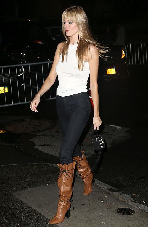 Thiên thần Victorias Secret Martha Hunt mặc một chiếc quần jeans màu đen ôm sát, khoe đôi chân thanh mảnh và vóc dáng hoàn hảo.