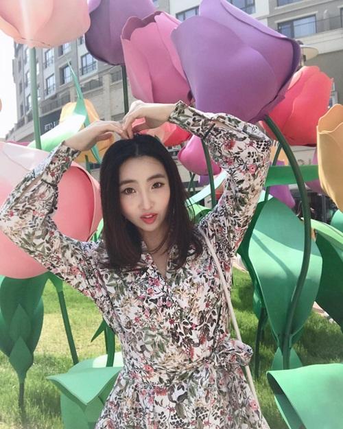 Minzy tái xuất Instagram với váy hoa dịu dàng nữ tính.