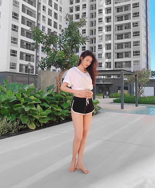 Trương Mỹ Nhân đi bơi giải nhiệt ngày hè.