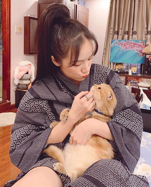 Phương Ly đáng yêu hết cỡ khi ngồi nựng mèo.