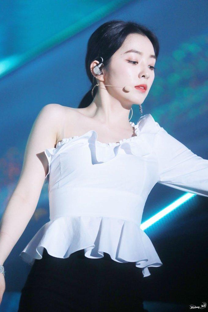 <p> Stylist đã quyết định đúng khi cho Irene mặc những mẫu váy hở vai, giúp nữ ca sĩ khoe trọn bờ vai thon, sexy.</p>