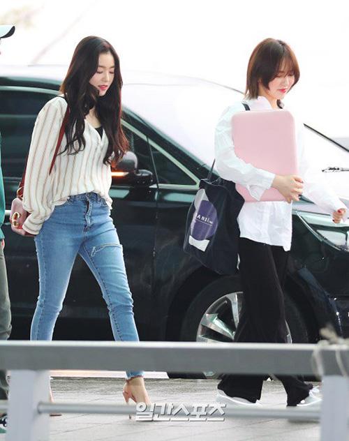 Chiều 25?4, Red Velvet lên đường sang Việt Nam để tham dự một chương trình âm nhạc. Irene và Wendy đều chọn trang phục năng động, trang điểm nhẹ nhàng khi ra sân bay.