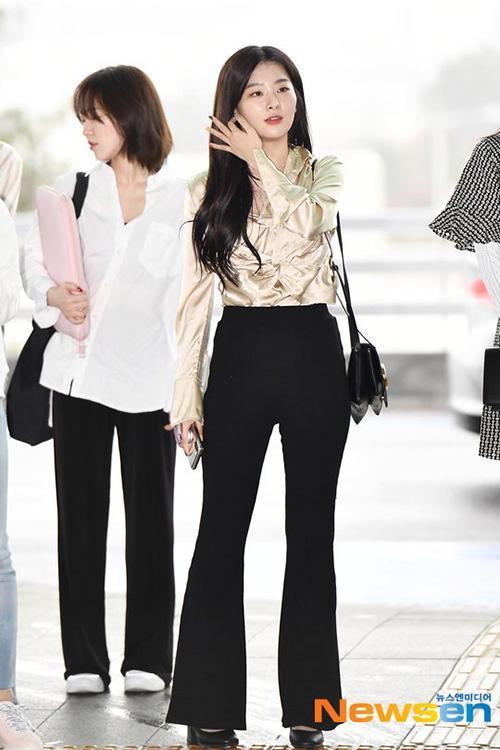 Seul Gi ăn gian chiều cao với kiểu quần cạp cao, ống loe.