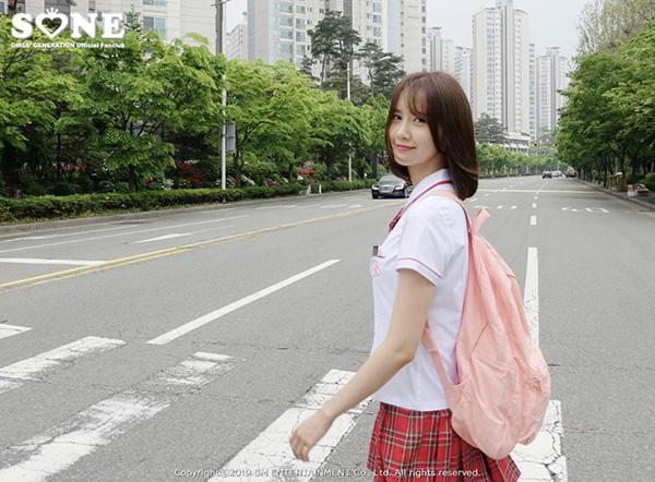 Yoon Ah hoàn toàn có khả năng vào vai một nữ sinh trung học nhờ ngoại hình không tuổi. Dù là ảnh hậu trường nhưng fan cho rằng thành viên SNSD giống như đang xuất hiện trên poster phim thanh xuân.