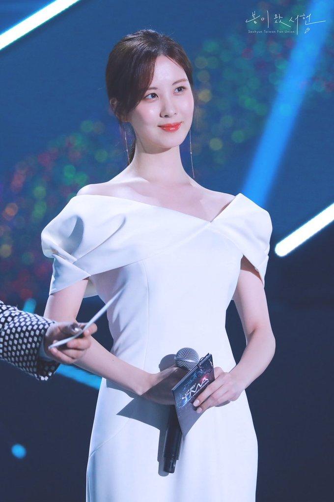 <p> Seo Hyun đảm nhận vai trò MC trong chương trình và khoe dáng trong hai mẫu váy thanh lịch, sang trọng. Chiếc đầm trắng tôn vòng eo nhỏ nhắn cùng xương quai xanh gợi cảm.</p>