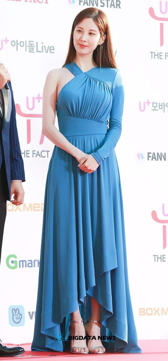 <p> Bộ đầm xanh thướt tha trên thảm đỏ của Seo Hyun cũng hút mắt nhìn không kém. Sau khi rời SM, em út của SNSD ngày càng xinh đẹp.</p>
