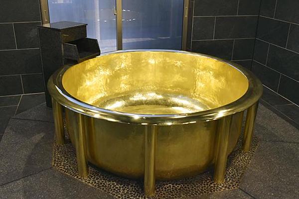 Bồn tắm bằng vàng nặng nhất thế giới ở Nhật Bản.