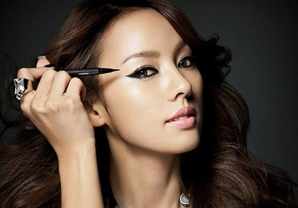 Những năm 2010, các mỹ nhân Hàn đồng loạt theo đuổi phong cách cá tính. Đôi mắt đen sắc lẹm được xem là một tiêu chí sắc đẹp khiến người người nhà nhà đều chạy theo.