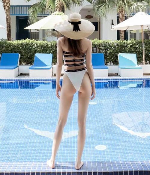 Vòng ba nảy nở là một vũ khí sexy của Hà Hồ. Cô thường xuyên chụp ảnh từ phía sau để khoe lợi thế vóc dáng này.