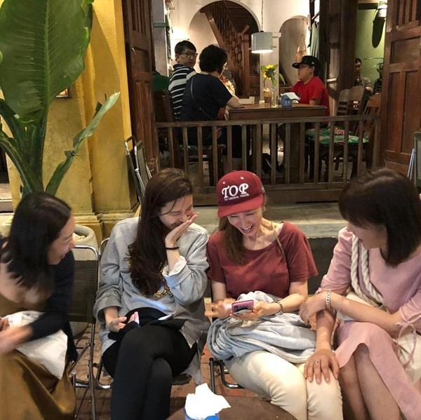 Kim Ha Neul (thứ 2 từ trái sang) vui vẻ ngồi cà phê với hội bạn trong chuyến du lịch Đà Nẵng.