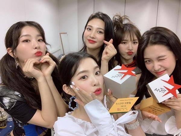 Red Velvet rạng rỡ khoe cúp trong hậu trường lễ trao giải The Fact Music Awards.