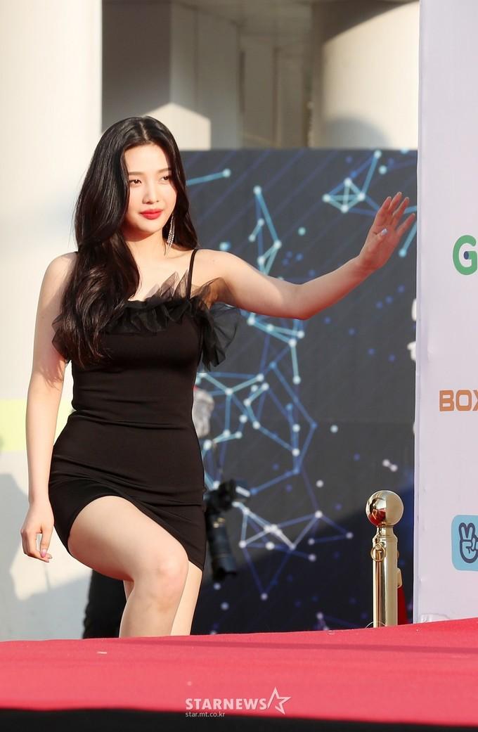 <p> Tuy nhiên, chiếc váy quá chật khiến Joy gặp khó khăn khi lên cầu thang. Cô nàng thường xuyên phải mặc đồ quá ngắn, dễ gặp sự cố trên thảm đỏ hay sân khấu.</p>