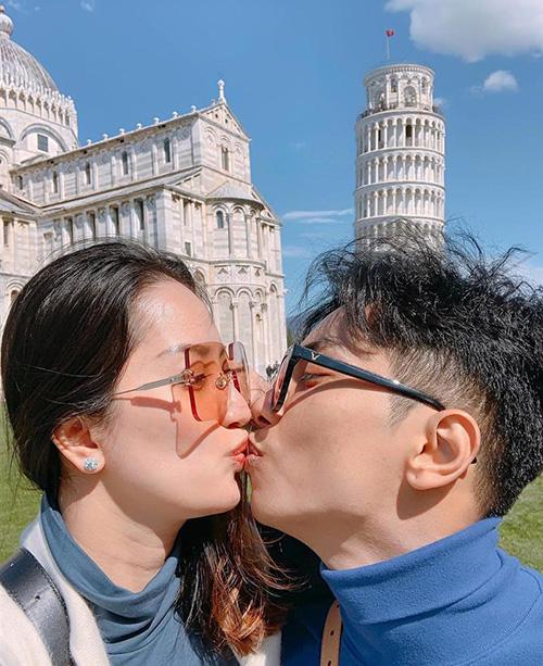 Khánh Thi - Phan Hiển khóa môi bên tháp nghiêng Piza.