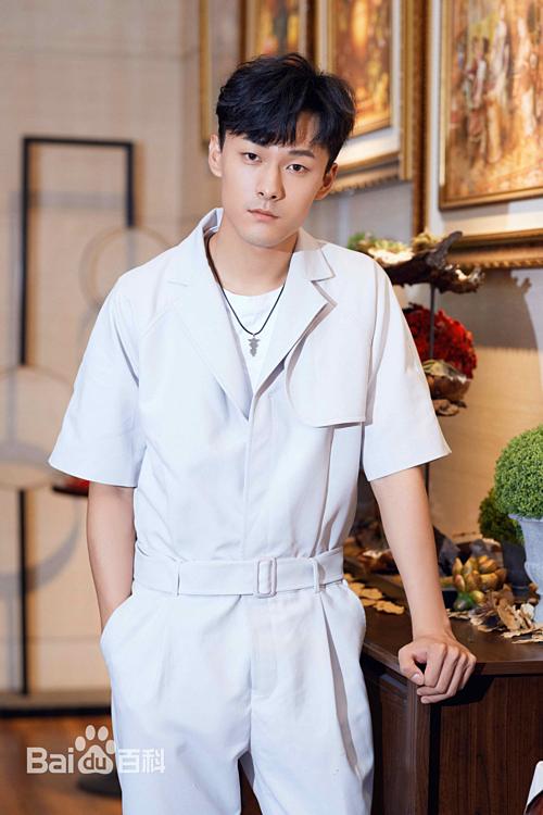 Trương Vũ Kiếm đóng phim từ năm 2011, từng góp mặt trong nhiều tác phẩm như Lang gia bảng, Huyễn thành, Mỹ vị kỳ duyên. Anh có kinh nghiệm diễn xuất nên vào vai hot boy học đường Ngôn Mặc rất thoải mái, tự nhiên.