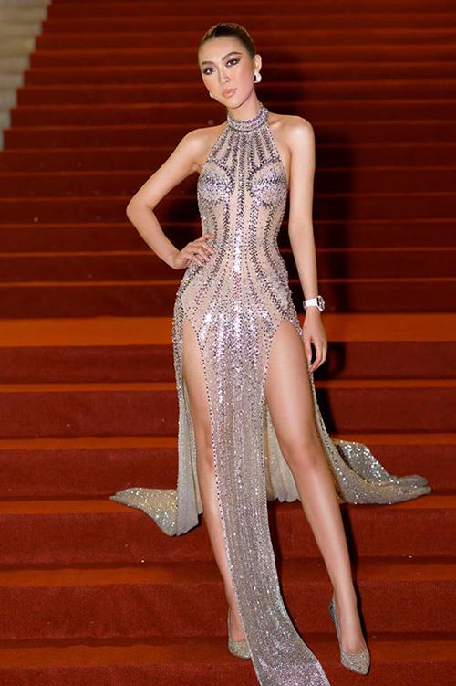 Dù là một ca khó nhưng váy xẻ đùi hai bên vẫn được nhiều sao ưa chuộng. Tường Linh...