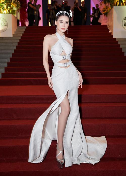 Đây là trang phục chỉ dành cho những cô nàng có vòng một đầy đặn. Khi diện kiểu váy này, các sao chỉ có thể dùng nội y dạng dán, tối kỵ các loại áo ngực thông thường vì sẽ gây lộ liễu mất thẩm mỹ.