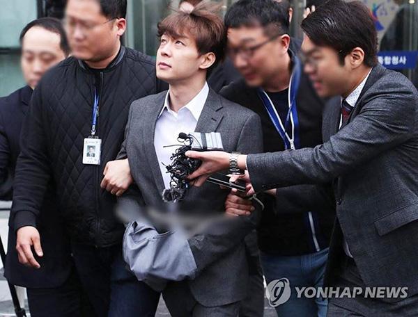Chiều 26/4, Park Yoo Chun bị cảnh sát còng tay trói áp giải sau phiên thẩm vấn. Di chuyển tới khu vực chờ đợi phán quyết tạm giam cuối cùng sẽ có vào tối nay.