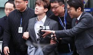 Park Yoo Chun liên tục có biểu cảm 'lạ' khi bị còng tay áp giải