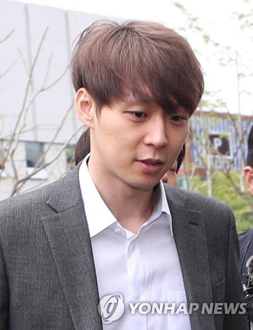 Park Yoo Chun phồng má tạo dáng khi đến buổi thẩm vấn của cảnh sát - 1