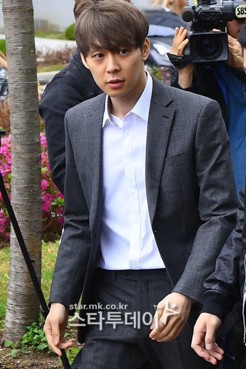 Park Yoo Chun phồng má tạo dáng khi đến buổi thẩm vấn của cảnh sát - 2