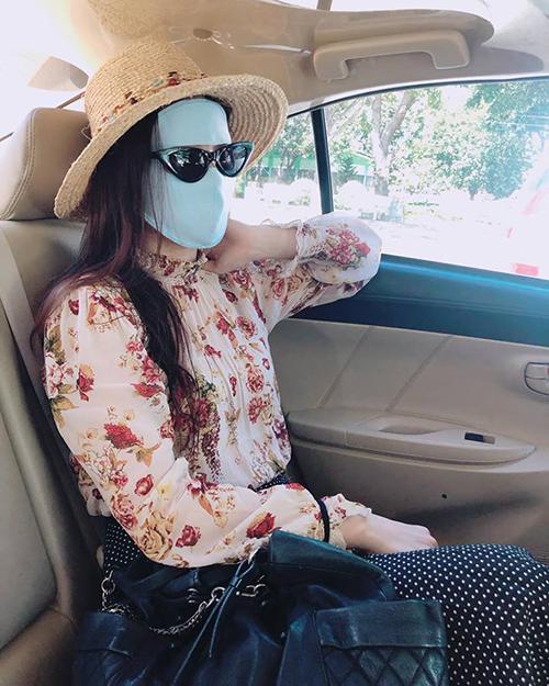 Diễm Trang đeo khẩu trang Ninja che mặt kín mít dù đang ngồi trong xe hơi.
