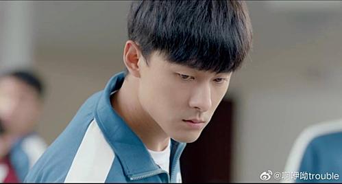 Tuy đã 29 tuổi nhưng Trương Vũ Kiếmvào vai học sinh trung học trong Anh chỉ thích emvẫn rất trơn tru, tràn đầy sức sống, không mang lại cảm giác giả tạo cho khán giả.