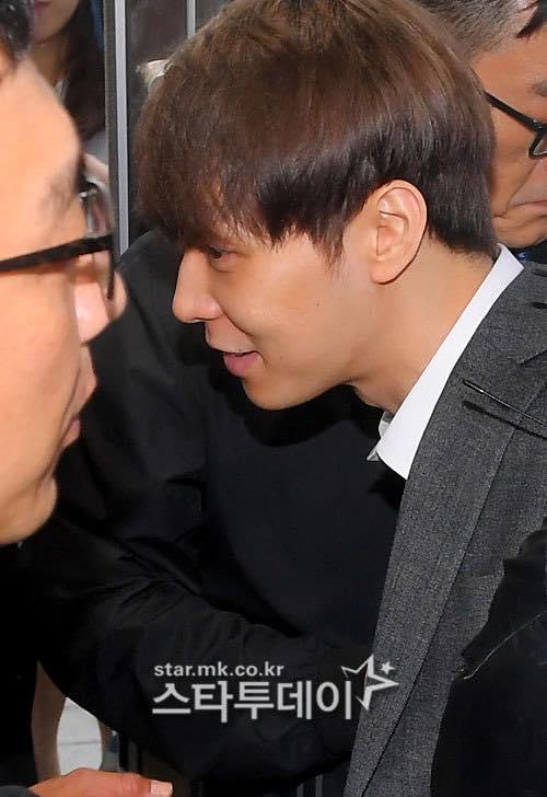Park Yoo Chun phồng má tạo dáng khi đến buổi thẩm vấn của cảnh sát - 6