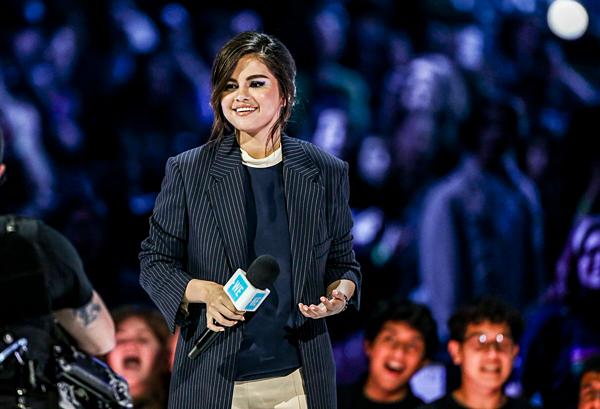 Selena phát biểu tại sự kiện: Giới trẻ ngày nay cómột thái độ tích cực và niềmđam mê đáng kinh ngạc để tạo ra sự thay đổi thực sự trên thế giới. Chúc mừng những người trẻ tuổi và hãy luôn nhắc nhở rằng chúng ta cùng nhau làm nên một ngày mai tươi sáng, tốt đẹp hơn.