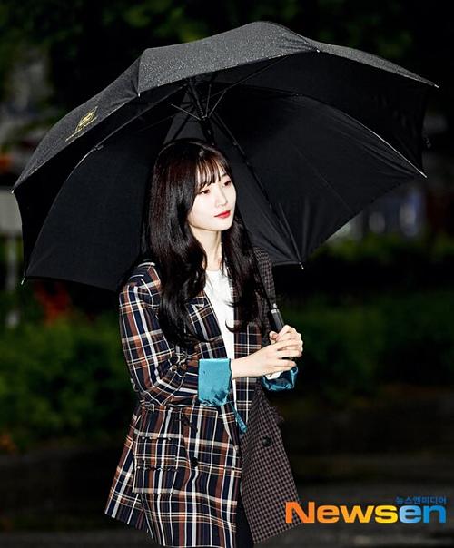 Jung Chae Yeon đốn tim fan bởi khoảnh khắc cầm ô lãng mạn.