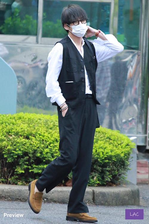 Vgây sốt người hâm mộ với mái tóc đen mới toanh. Anh chàng lựa chọn phong cách cổ điển trên đường đi làm.