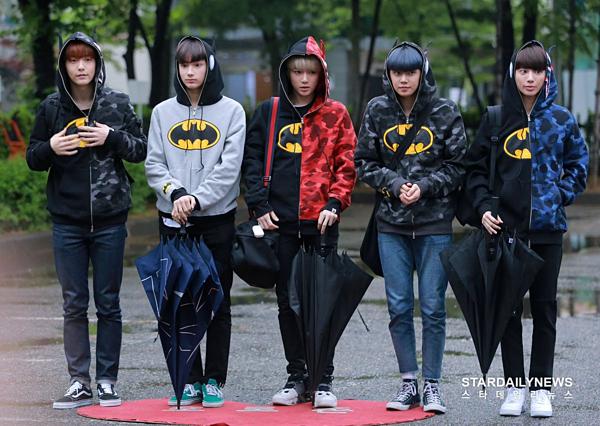 Nhóm nhạc đàn em cùng công ty của BTS, TXT, cũng có mặt ở trường quay KBS sáng nay. TXT vừa phát hành ca khúc Cat & Dog.