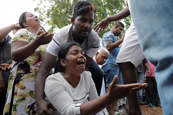 Người thân đau đớn khóc trong lễ tang đưa tiễn nạn nhân. Ảnh: Reuters